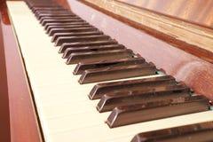 Tangentbordpiano, sidosikt av det musikaliska hjälpmedlet för instrument Arkivbilder