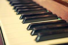 Tangentbordpiano, sidosikt av det musikaliska hjälpmedlet för instrument Arkivfoton