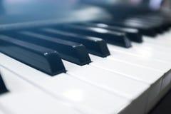 Tangentbordsynt Pianotangentbord med den selektiva fokusen klassiskt piano arkivfoto