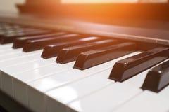 Tangentbordsynt Pianotangentbord med den selektiva fokusen klassiskt piano fotografering för bildbyråer