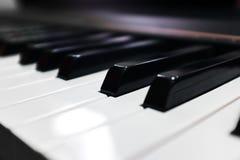 Tangentbordsynt Pianotangentbord med den selektiva fokusen klassiskt piano royaltyfri foto