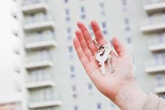 Tangenter för ett fastighetsmäklareinnehav till en ny lägenhet i henne händer. fotografering för bildbyråer
