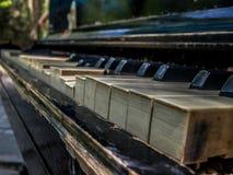 Tangenterna av det gamla pianot Arkivbilder