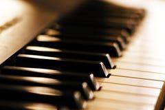 Tangenterna av syntet för modern musik arkivfoto