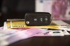 Tangenterna till bilen för eurosimuleringslånet för bilpurchasebanknotes Bilhyra eller inhandla, europengar royaltyfri bild