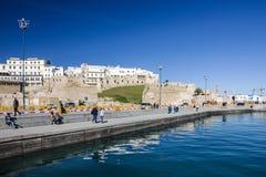 TANGER MAROCKO - JANUARI 31, 2017: Havsport och Tanger forntida fort fotografering för bildbyråer