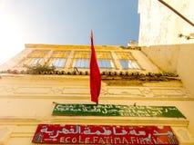 Tanger, Marokko - Sebtember 15, 2010: Voorgevel die van de oude bouw, rechte uo kijken Royalty-vrije Stock Fotografie