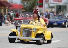 Tanger Shriner dans la petite voiture dans le défilé en petite ville Amérique Photos stock