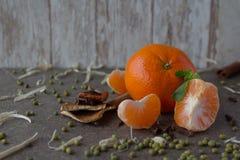 Tangerin för ` s för nytt år på en träbakgrund Royaltyfria Bilder