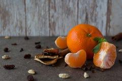 Tangerin för ` s för nytt år på en träbakgrund Arkivfoto