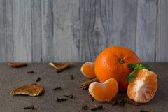 Tangerin för ` s för nytt år på en träplatta Royaltyfria Bilder