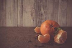 Tangerin för ` s för nytt år på en träplatta Arkivfoton