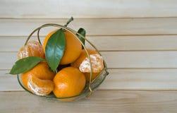 Tangerin i en vas på träbakgrund Fotografering för Bildbyråer