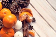 Tangerin, kanelbruna pinnar, stjärnaanis och stearinljus Royaltyfri Fotografi