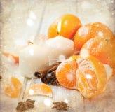 Tangerin, kanelbruna pinnar, stjärnaanis och stearinljus - jul M Royaltyfria Bilder