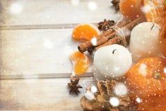 Tangerin, kanelbruna pinnar, stjärnaanis och stearinljus - jul M Arkivbilder