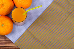 Tangerin och fruktsaft med trämassa Royaltyfri Bild