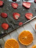 Tangerin och jordgubbar skivas lagt ut p? matpapper F?r att torka och att dekorera efterr?tter royaltyfri fotografi