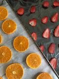 Tangerin och jordgubbar skivas lagt ut p? matpapper F?r att torka och att dekorera efterr?tter royaltyfri bild