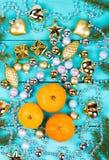Tangerin och struntsaker på en tabell arkivfoton