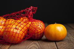 Tangerina das citrinas nas laranjas no pacote plástico do saco líquido Nenhum conceito plástico Empacotando que não recicla plást imagens de stock