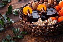 Tangerinas ferventadas com especiarias do vinho nuts foto de stock