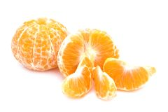 Tangerinas isoladas Coleção de frutos inteiros da tangerina ou da clementina e de segmentos descascados isolada no fundo branco c Foto de Stock Royalty Free