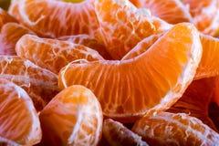 Tangerine ή μανταρινιών τα τμήματα ξεφλούδισαν κοντά επάνω τη σύσταση υποβάθρου Στοκ φωτογραφία με δικαίωμα ελεύθερης χρήσης
