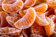 Tangerine ή μανταρινιών τα τμήματα ξεφλούδισαν κοντά επάνω τη σύσταση υποβάθρου Στοκ εικόνα με δικαίωμα ελεύθερης χρήσης