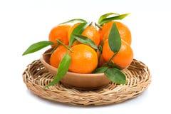 Tangerine ή μανταρινιών φρούτα που απομονώνονται στην άσπρη διακοπή υποβάθρου Στοκ Εικόνες