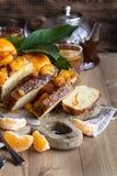 Tangerine κέικ με το υπόβαθρο τσαγιού στοκ φωτογραφία με δικαίωμα ελεύθερης χρήσης