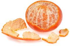 Tangerine που ξεφλουδίζεται εν μέρει στην κινηματογράφηση σε πρώτο πλάνο στο άσπρο υπόβαθρο στοκ φωτογραφίες με δικαίωμα ελεύθερης χρήσης