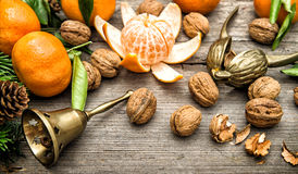 Tangerine φρούτα, ξύλα καρυδιάς και κλάδοι χριστουγεννιάτικων δέντρων Στοκ εικόνες με δικαίωμα ελεύθερης χρήσης