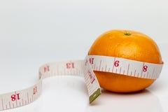 Tangerine был обернут путем измерять ленту стоковые фото
