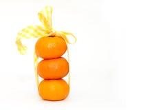 Tangerine и лента на белой предпосылке Стоковые Изображения RF