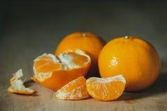 Tangerine, который слезли на деревянном столе стоковая фотография
