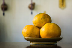 Tangerine на плите Стоковые Изображения