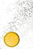 tangerine погруженный в воду ломтиком Стоковая Фотография