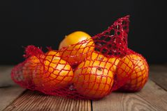 Tangerine цитрусовых фруктов в апельсинах в пластичном пакете сетчатой сумки Отсутствие пластичной концепции Упаковывающ которое  стоковые фотографии rf