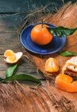 Tangerine auf blauer Platte Stockfotografie