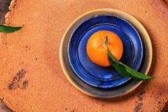 Tangerine auf blauer Platte lizenzfreie stockfotos