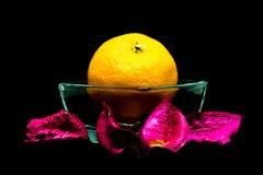 Tangerine auf schwarzem Hintergrund, Isolat stockfoto