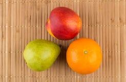 Tangerine, bonkreta i nektaryna na bambusie, matujemy Obrazy Royalty Free