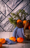 Tangerine im Korb auf grauem Hintergrund Stockfoto