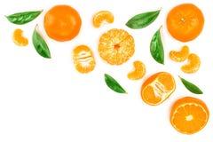 Tangerine lub mandarynka z liśćmi odizolowywającymi na białym tle z kopii przestrzenią dla twój teksta Odgórny widok Mieszkanie n fotografia stock
