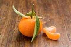 Tangerine mit Blättern und Scheiben Lizenzfreies Stockfoto
