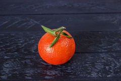 Tangerine mit grünen Blättern Lizenzfreie Stockfotografie