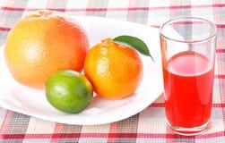 Tangerine, Pampelmuse, Kalk, Glas Orangensaft lizenzfreies stockfoto