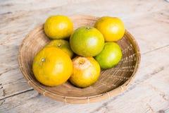 Tangerine (Pomarańczowa owoc) w koszykowym rocznika stylu Obrazy Stock