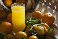 Tangerine sok i kosz Zdjęcia Royalty Free